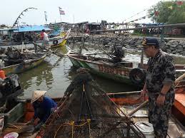 Para Nelayan Di Cirebon Tak Melaut Dan Memilih Perbaiki Perahu