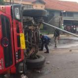Truk Tangki BBM Pertamina Terguling di Jalan Soekarno Hatta Bandung