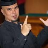 Ahmad Dhani Kenakan Blangkon Di Sidang Perdana